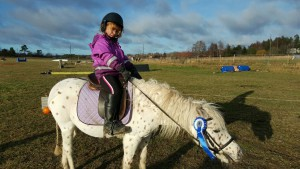 """Sofia fem år tog sig runt den """"superlätta"""" terrängbanan tillsammans med sin mamma Anna som sprang med. Ponnyn heter Pricken."""
